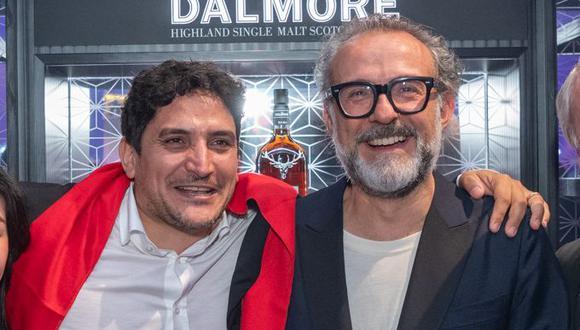 Los chefs Mauro Colagreco y Massimo Bottura la noche de la premiación de los World's 50 Best Restaurants, en Singapur. (Foto: The World's 50 Best Restaurants)