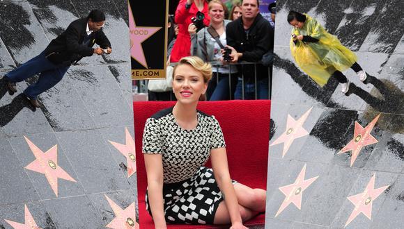 A los extremos, turistas fotografían las estrellas del Paseo de la Fama de Hollywood. Al centro, la nominada al Oscar Scarlett Johansson cuando recibió su estrella. Fotos: AFP.