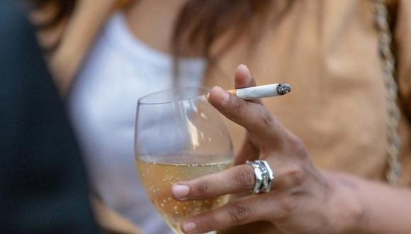 El estudio destaca los riesgos de beber, aunque solo sea una botella de vino a la semana. (Foto: Getty)