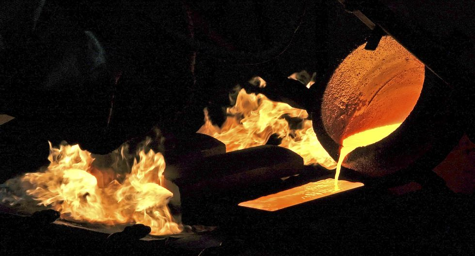 El lingote, considerado una inversión segura en tiempos de incertidumbre política y económica, trepó hasta un 2.4% el miércoles. (Foto: AFP)
