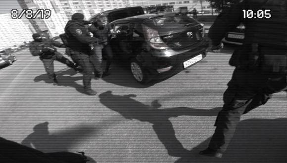 El momento en que Serguei saca a su amigo del carro, como parte de la broma para proponerle matrimonio a su novia. Foto: BBC Mundo