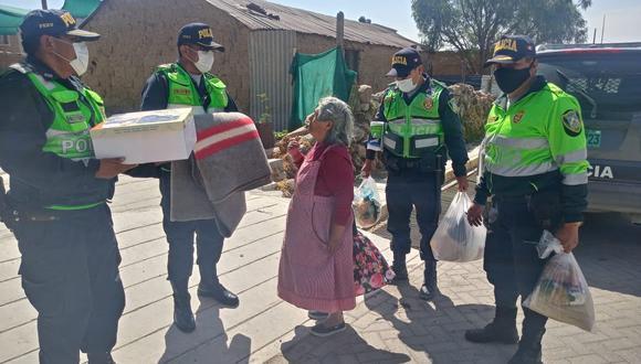 Arequipa: policías llevan víveres a adulta mayor que rescataron de un incendio (Foto: Arequipa es diferente)