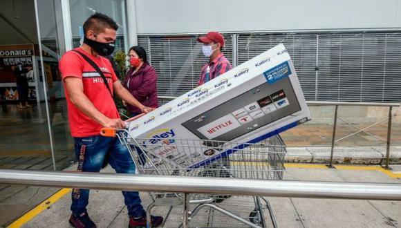 La medida de Iván Duque de suspender el cobro del IVA en busca de reactivar el consumo y con eso la economía generó aglomeraciones. (AFP).