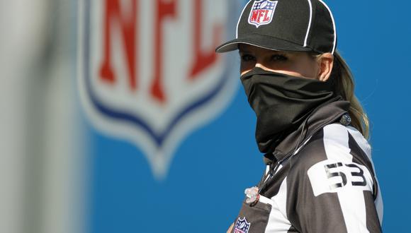 Sarah Thomas se convirtió en la primera jueza permanente en la historia de la NFL en 2015 y cuatro años después en la primera en arbitrar un partido de playoffs. (Foto: AFP)