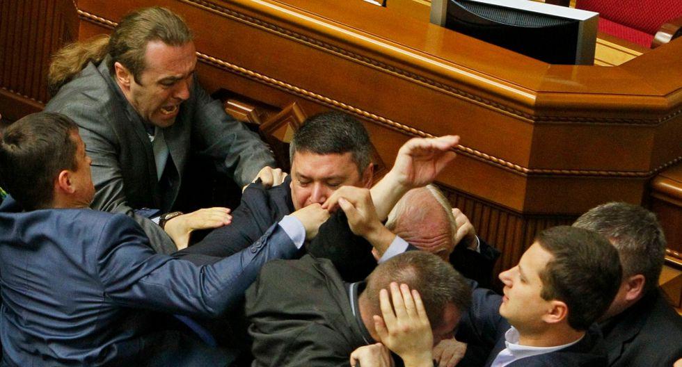 Ucrania: Diputados pelean a puñetes y patadas en el parlamento - 6