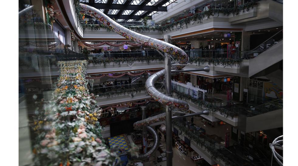 Este centro comercial tiene un tobogán para ir al primer piso - 2