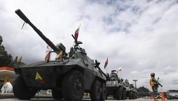 Decenas de tanques han sido desplegados en las afueras de Bogotá para controlar las manifestaciones en contra del gobierno de Iván Duque. (AP Photo/Fernando Vergara)