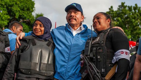 """Daniel Ortega, quien en esta foto del 2018 aparece junto a dos miembros de la policía nicaragüense, ha sido calificado como """"dictador"""" por el Gobierno de Estados Unidos tras el arresto del tercer candidato opositor en los últimos 10 días. (Foto: AP)"""