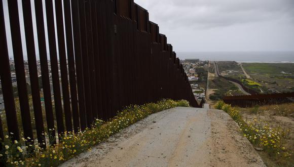 El muro a lo largo de la frontera entre México y Estados Unidos, entre San Diego y Tijuana. (Foto de Patrick T.FALLON / AFP).