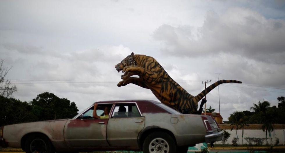 Un automóvil viaja a lo largo de una calle al lado de una escultura de tigre en El Tigre. (Foto: Reuters)