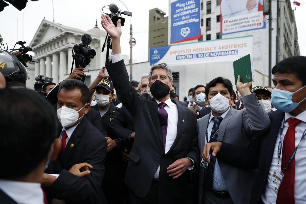 Francisco Sagasti saludó a los manifestantes en los exteriores del Congreso. (Foto: Hugo Perez / @photo.gec)