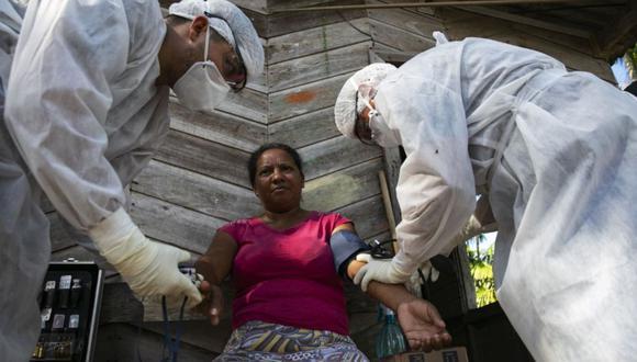 Las personas que sufran de la presión, diabetes, obesidad, enfermedades cardivasculares, entre otras afecciones, no deberán retornar a sus centros de labores (Foto: AFP)