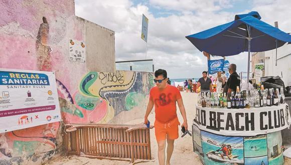 Pese al llamado de las autoridades para evitar contagios de coronavirus, los turistas desbordaron playas de Cancún, donde locatarios ofrecen bebidas alcohólicas de todo tipo. (Foto: Adriana Varillas/ El Universal).