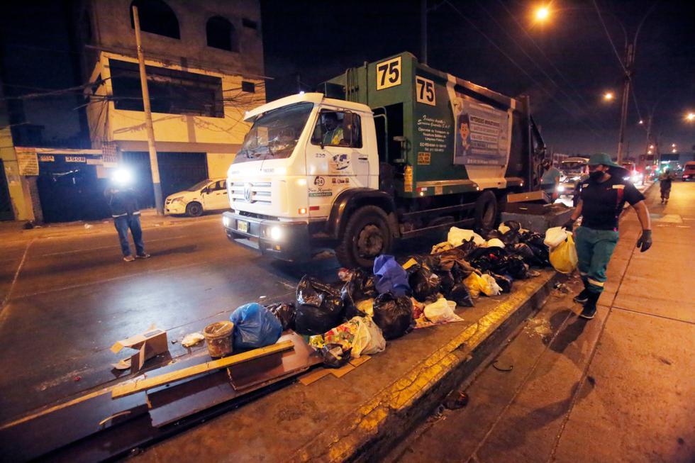 Con el resguardo de policía, serenazgo y personal de las Fuerzas Armadas se reiniciaron esta madrugada las labores de recojo de basura en un sector del Callao, donde se registró acumulación desde el 1 de enero. (Fotos: César Grados/ @photo.gec)