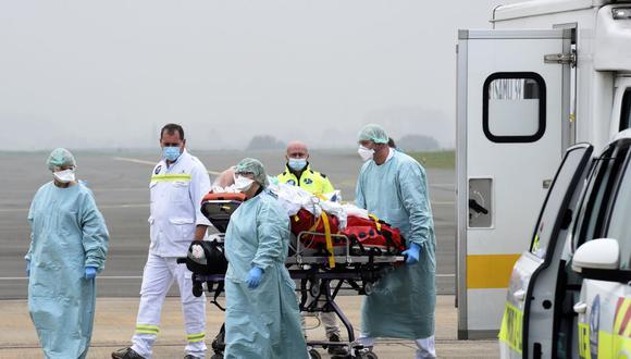 El personal médico atiende a un paciente de Covid-19 del hospital de Roubaix, Francia, antes de un traslado en avión al hospital de Munster, en el norte de Alemania. (Foto de FRANCOIS LO PRESTI / AFP).