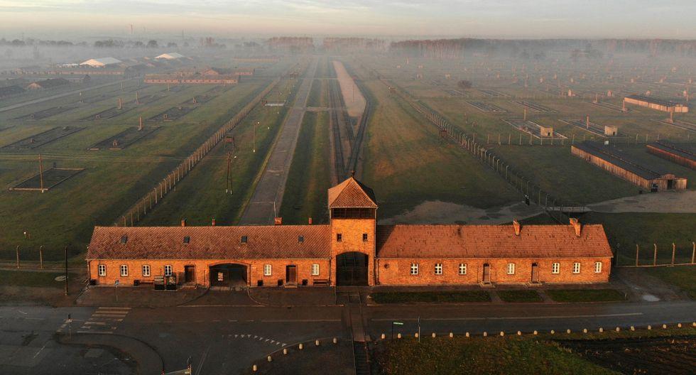 Una vusta aérea tomada que muestra la entrada del ferrocarril al antiguo campo de exterminio nazi alemán Auschwitz II - Birkenau con su torre de guardias de las SS. El sitio se ha convertido en un museo conmemorativo. (AFP / Pablo GONZALEZ).