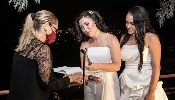 Instantes después de que la ley de matrimonio igualitario entrara en vigor en Costa Rica, Dunia Araya y Alexandra Quiros se convirtieron en la primera pareja del mismo sexo en contraer matrimonio. (Foto: Ezequiel BECERRA / AFP).