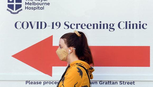 Una mujer hace cola afuera de un lugar de prueba de coronavirus COVID-19 en el Royal Melbourne Hospital de Australia. (Foto: WILLIAM WEST / AFP).