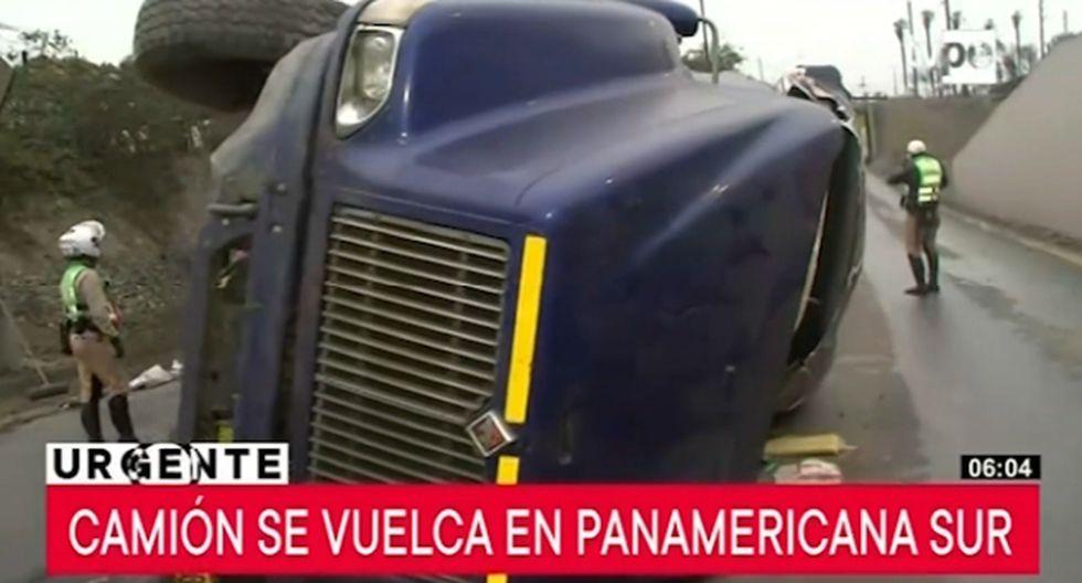 Un camión de carga pesada de placa D8I-808 se volcó esta mañana en la Panamericana Sur. (Foto captura: Tv Perú Noticias)