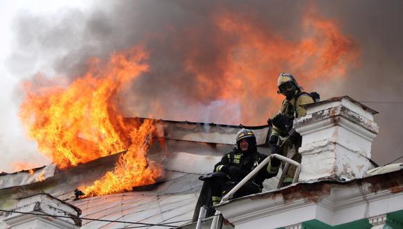 Los bomberos trabajan para extinguir un incendio en una clínica local de cirugía cardíaca en la ciudad de Blagoveshchensk, Rusia. (Foto: Ministerio de Emergencias de Rusia / REUTERS).
