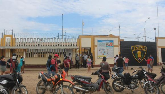 Familiares de internos del Centro Penitenciario de Puerto Maldonado reclamaron asistencia médica y medicinas para sus seres queridos. (Foto: Manuel Calloquispe).