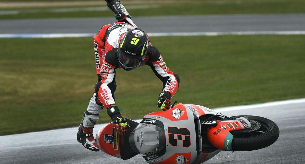 El piloto de Kiefer Racing Moto2, Lukas Tulovic, de Alemania, se estrella durante una sesión de práctica en Phillip Island. (William West / AFP)