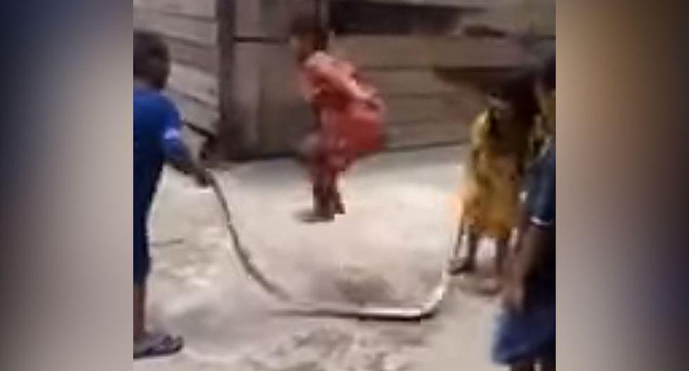 Así es como estos niños se pusieron a jugar con el cuerpo de una serpiente y todo quedó grabado en un video de YouTube que se hizo viral. (Live Leak)
