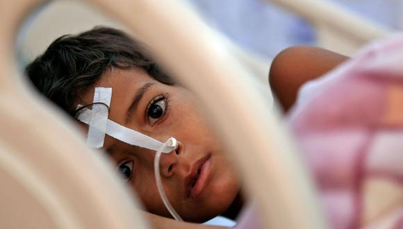 Un niño yemení que sufre de difteria es atendido en un hospital de Saná, la capital. La imagen es de noviembre del 2017. La guerra en Yemen, que no cesa, ha disparado los casos de enfermedades graves entre los más pequeños. (AFP)
