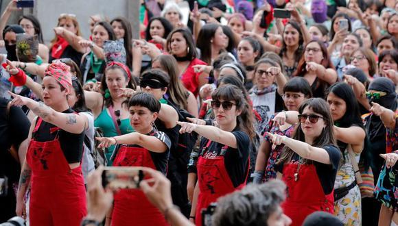 """El colectivo chileno Las Tesis puso su canción y coreografía """"Un violador en tu camino"""" en miles de plazas de todo el mundo. (Foto: AFP)"""