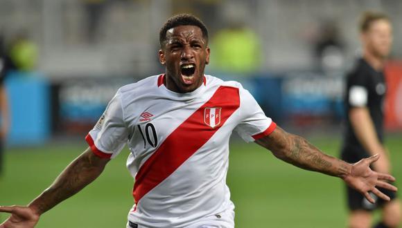 La felicitación de Jefferson Farfán a Rafinha por ganar la Copa Libertadores en Lima. (Foto: AFP)