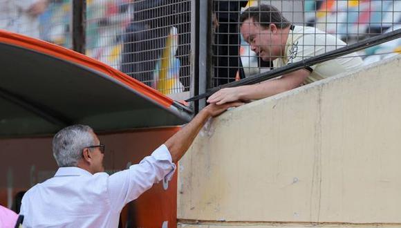 El saludo del entrenador de Universitario de Deportes a un hincha crema. (Foto: Universitario de Deportes)