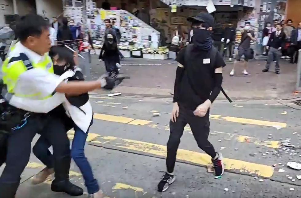 La policía de Hong Kong disparó e hirió de gravedad a un manifestante. El hecho fue grabado en video. (AFP).