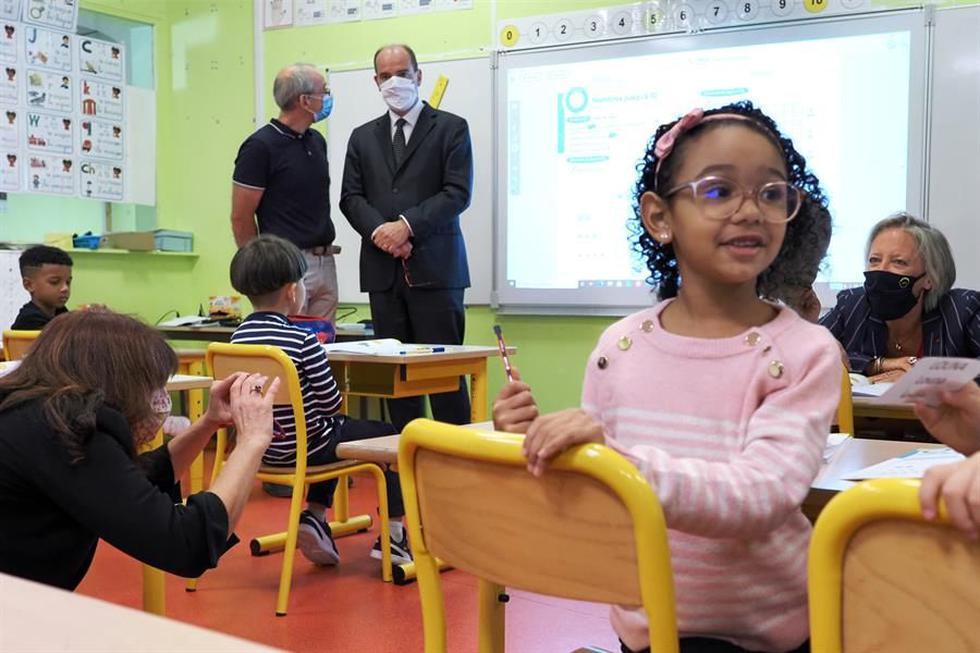 Un profesor habla con el ministro francés de Educación y Deporte Jean-Michel Blanquer, en el primer día de clases en Francia en medio de la pandemia de coronavirus. (EFE / EPA / GUILLAUME SOUVANT).