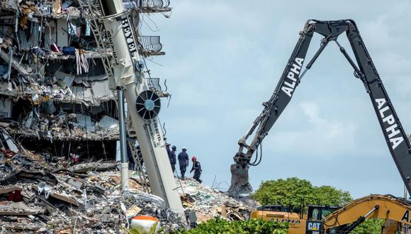 Equipos de rescate trabajan en el derrumbe parcial de un edificio de condominios de 12 pisos en Surfside, Florida, Estados Unidos. (EFE / EPA / CRISTOBAL HERRERA-ULASHKEVICH).