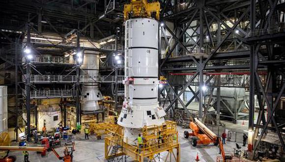 Los propulsores de cohete sólidos son los primeros componentes del cohete SLS que se apilan y ayudarán a soportar las piezas restantes del cohete y la nave espacial Orion. (NASA/KIM SHIFLETT)