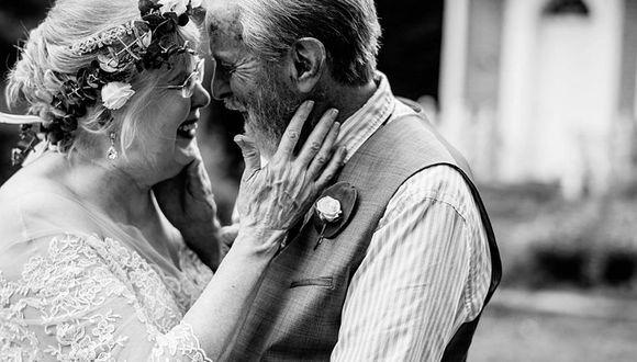 60 años después volvieron a vestirse tal cual lo hicieron en el día de su boda, solo que ahora ella tiene 78 y él 83. (Foto: Facebook @Abigail Gingerale Photography)