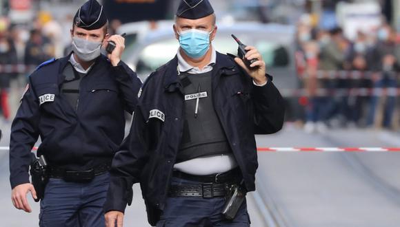 """Imagen referencial de policía de Francia, el 29 de octubre de 2020. Algunos medios indicaron inicialmente que el hombre gritó """"Alá es grande"""", pero no hay confirmación oficial de ese extremo ni del carácter terrorista de lo ocurrido. (AFP / Valery HACHE)."""