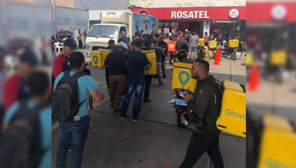Hasta ocho motorizados de Glovo afuera de una tienda de Rosatel la mañana del 14 de febrero, día de San Valentín. (Foto: Facebook/Rayo Pudiente)