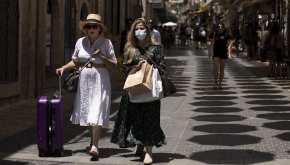 Una mujer camina por Yoel Moshe Solomon Street en Jerusalem. (Foto: AP)