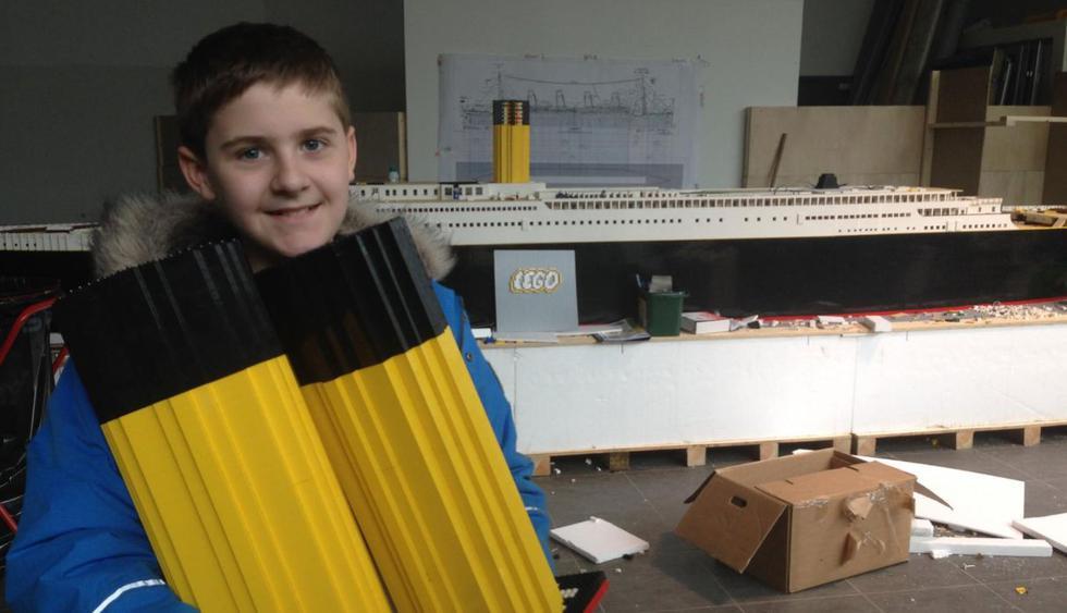 Brynjar invirtió 700 horas para construir su barco y tardó 11 meses en terminarlo. Su abuelo lo ayudó en todo el proceso | Foto: Facebook / Brynjar Karl
