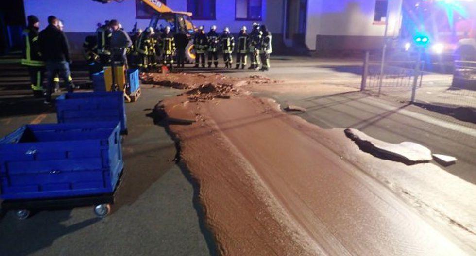 La fábrica DreiMeister alertó a los servicios de emergencia que una tonelada de su chocolate líquido se había derramado de un tanque de entrega. (Foto: DPA/Fire Brigade Werl)