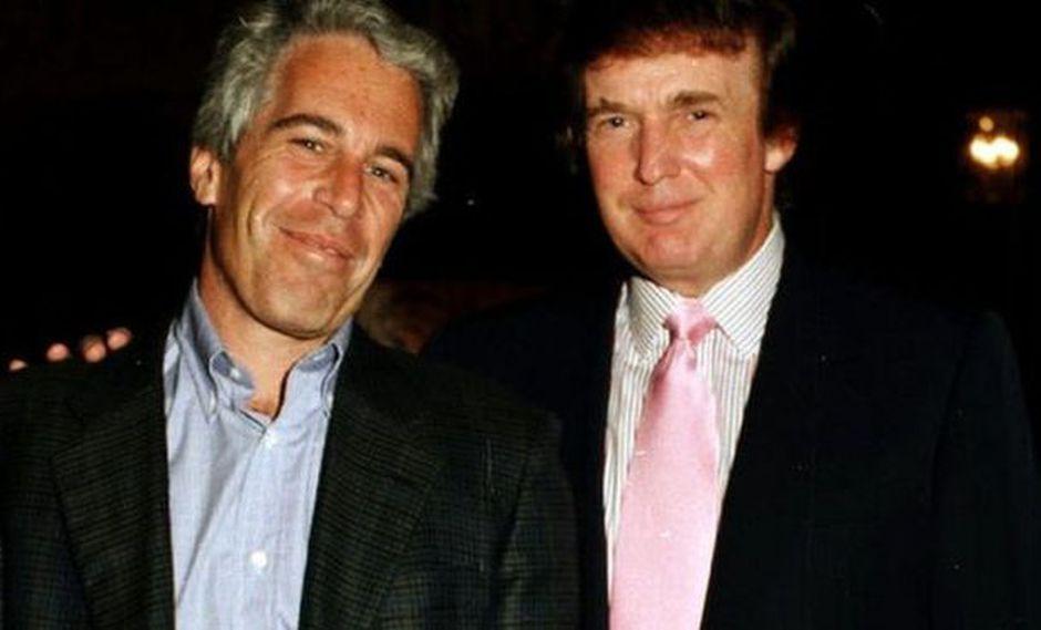 Fotografías de Jeffrey Epstein junto a destacados empresarios o incluso miembros de la realeza eran comunes, como ésta con Donald Trump, en 1997.