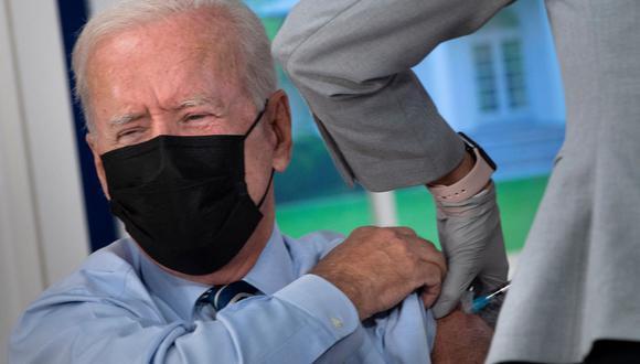 El presidente de Estados Unidos, Joe Biden, recibe una tercera inyección de la vacuna Pfizer contra el coronavirus Covid-19. (Brendan Smialowski / AFP).