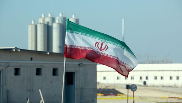 Esta foto de archivo tomada el 10 de noviembre de 2019 muestra una bandera de Irán en la planta de energía nuclear de Bushehr. (Foto de ATTA KENARE / AFP).