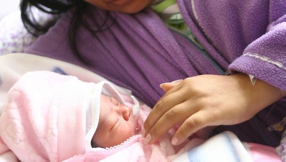 Maternidad de Lima. Una madre y su bebé, nacida el 25 de diciembre del 2009. Foto: Rafael Cornejo para El Comercio.