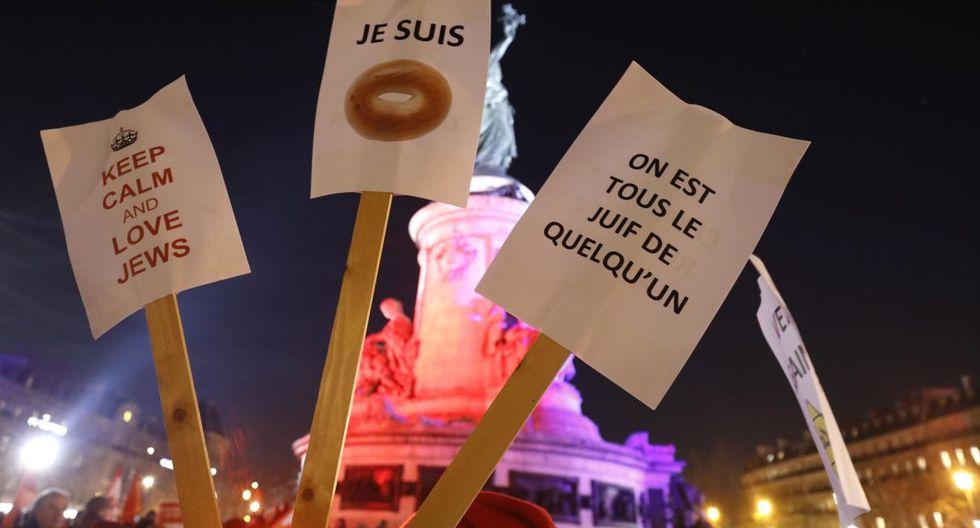 Las personas tienen pancartas mientras participan en un mitin contra el antisemitismo, en la Plaza de la República, en París, el 19 de febrero de 2019. (Foto: AFP)