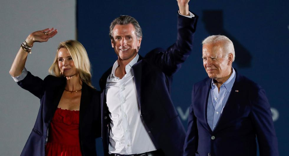 El gobernador de California, Gavin Newsom, junto a su esposa Jennifer Siebel y el presidente Joe Biden, quien viajó especialmente a Long Beach para apoyarlo en el referéndum revocatorio. EFE