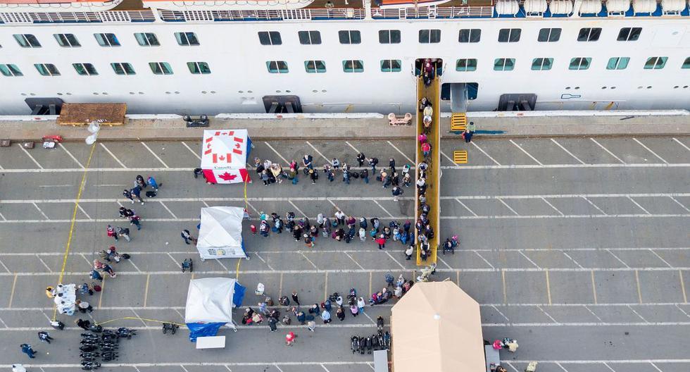 Autoridades empezaron a evacuar a los pasajeros del crucero en cuarentena por coronavirus. (AFP).