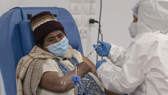 Los trabajadores de la salud administran una dosis de la vacuna Sputnik V Covid-19 a un residente del Hospital Sur en El Alto, Bolivia, el lunes 24 de mayo de 2021. (Foto: Marcelo Perez del Carpio / Bloomberg).