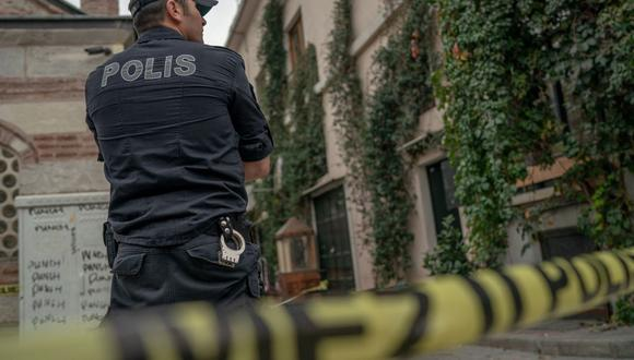 Imagen referencial. Un oficial de policía turco hace guardia en Karaköy, Estambul, el 11 de noviembre de 2019. (BULENT KILIC / AFP).